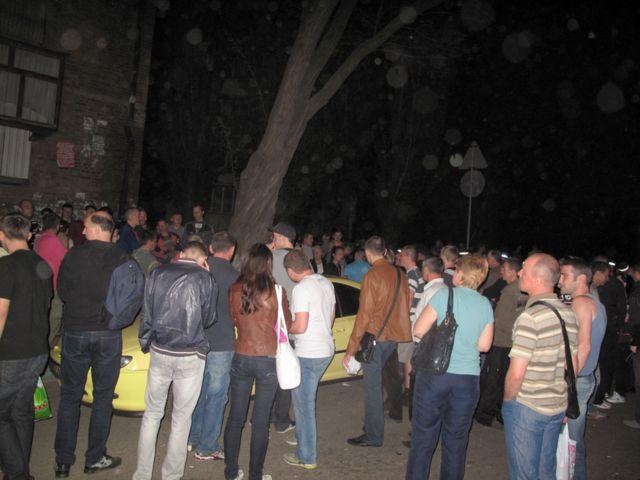 Чтобы проучить парня на желтом Пежо собрались люди со всей округи