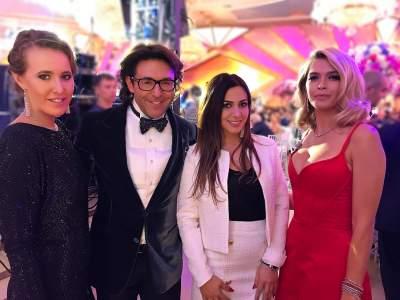 Насвадьбе сына армянского миллиардера Пугачева предстала вмини-платье
