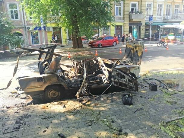 ВОдессе среди дороги взорвался автомобиль «Жигули»